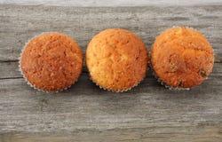 Muffin met chocolade op oude houten lijst Hoogste mening Royalty-vrije Stock Fotografie