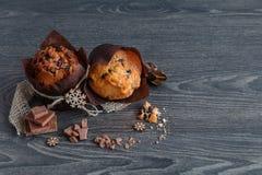 Muffin met plakken van chocolade stock foto's