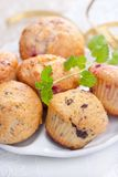 Muffin mit Beeren und Schokolade Stockbild