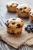 Muffin mit Blaubeeren auf einem Holztisch neue Beeren und swe Stockfotografie