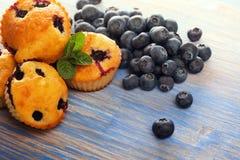 Muffin mit Blaubeeren auf einem Holztisch neue Beeren und swe Stockbilder
