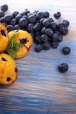 Muffin mit Blaubeeren auf einem Holztisch neue Beeren und swe Stockbild