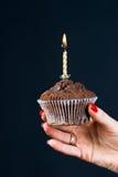 Muffin mit einer Kerze Stockfotografie