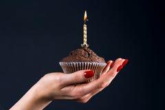 Muffin mit einer Kerze Lizenzfreies Stockfoto
