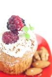 Muffin mit gepeitschter Sahne und Beeren Lizenzfreie Stockfotografie