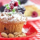 Muffin mit gepeitschter Sahne und Kuchen mit Vereisung stockfotografie
