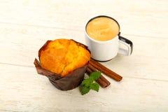 Muffin mit Kaffee stockbild