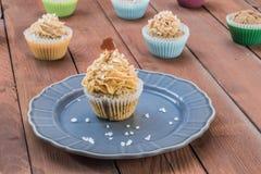 Muffin mit Karamell und Seesalz auf Gray Plate Lizenzfreies Stockbild