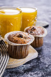 Muffin mit Rosinen stockfotos