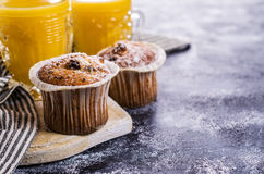 Muffin mit Rosinen lizenzfreie stockfotos