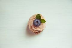 Muffin mit Sahne und Blaubeeren Kuchen mit Sahne und blueberri Lizenzfreies Stockfoto