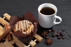 Muffin mit Sahne und Kaffee stockfoto