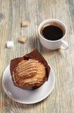 Muffin mit Sahne und Kaffee stockfotos