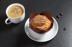 Muffin mit Sahne und Kaffee lizenzfreies stockfoto