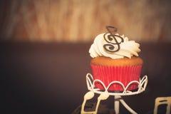Muffin mit Sahne und Schokoladenanmerkung Lizenzfreie Stockfotografie