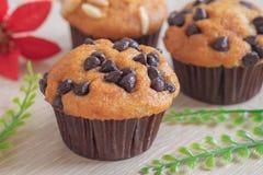 Muffin mit Schokoladensplittern auf Tabelle lizenzfreie stockfotografie