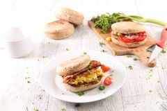 Muffin mit Speck lizenzfreie stockbilder