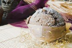 Muffin mit Weihnachtsdekoration lizenzfreies stockfoto