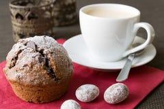 Muffin mit Weihnachtsdekoration lizenzfreie stockfotos