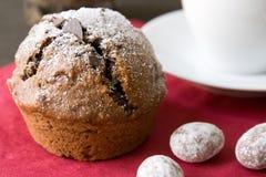 Muffin mit Weihnachtsdekoration lizenzfreie stockfotografie