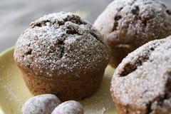 Muffin mit Weihnachtsdekoration stockfotos