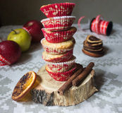 Muffin nelle capsule del Libro rosso e Bianco Fotografia Stock
