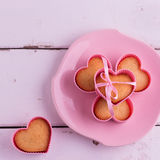 Muffin nelle forme rosa per cuocere (sotto forma di cuore) Immagine Stock Libera da Diritti
