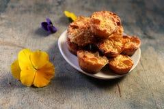 Muffin och blommor på en träbakgrund Arkivfoton