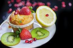 Muffin och frukter Fotografering för Bildbyråer