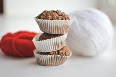 Muffin och garnbollar Arkivbild