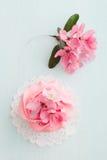 Muffin och körsbärsröda blomningar royaltyfri foto