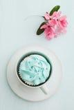 Muffin och körsbärsröda blomningar arkivfoton