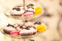 Muffin och marshmallower på glass plattor Arkivbild
