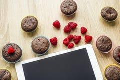 Muffin och minnestavla på tabellen Fotografering för Bildbyråer
