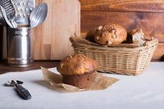Muffin oder Kuchen der frischen Frucht mit Rosinen auf dem hölzernen braunen tabl Stockfotografie