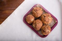 Muffin oder Kuchen der frischen Frucht mit Rosinen in der Schüssel auf dem woode Stockbild