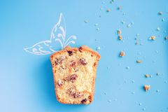 Muffin op blauwe achtergrond Stock Foto's