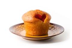 Muffin op een bruine die plaat, op witte achtergrond wordt geïsoleerd Royalty-vrije Stock Foto