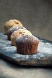 Muffin på den lantliga bageripeelen Arkivbilder