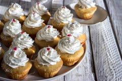 Muffin på en trävit bakgrund Royaltyfri Foto