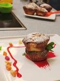 Muffin på plattan med mintkaramellen och Succade Royaltyfri Fotografi