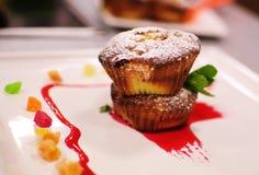 Muffin på plattan med mintkaramellen och Succade Royaltyfria Foton