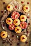 Muffin på trätabellen Hemlagade dekorerade muffin på fliken Royaltyfri Foto
