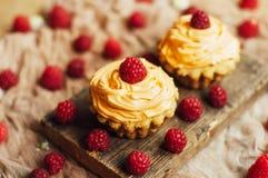 Muffin på trätabellen Hemlagade dekorerade muffin på fliken Royaltyfria Bilder