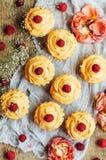 Muffin på trätabellen Hemlagade dekorerade muffin på fliken Arkivfoto