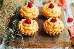 Muffin på trätabellen Hemlagade dekorerade muffin på fliken Royaltyfri Bild