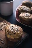 Muffin, Schale Milch und Mischsamen auf Tabelle lizenzfreies stockfoto