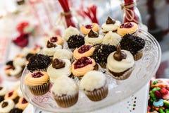Muffin som är klara att ätas på ett bröllop arkivbild