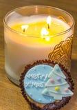 Muffin som överträffas med älskvärt julpynt och stearinljusljus under julfestival Arkivfoto