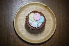 Muffin som överträffas med älskvärt julpynt under julfestival Arkivbild